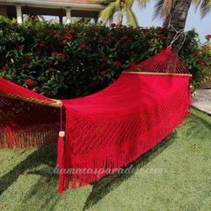 hamaca grande color rojo entre palmeras macramé