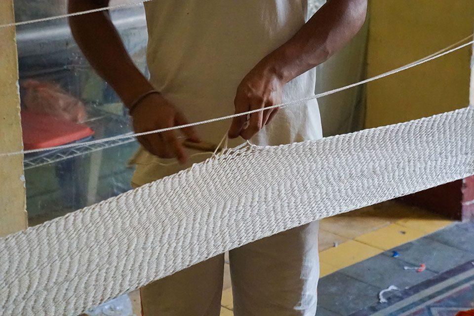 artesano nicaragüense tejiendo hamaca