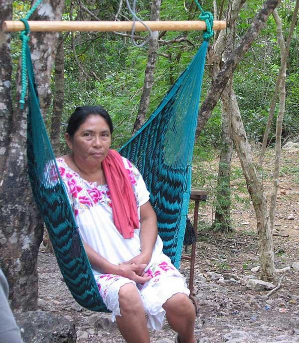 una señora descansa en una hamaca yucateca